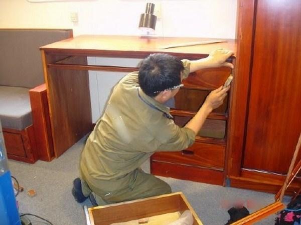 Thợ sửa chữa sàn gỗ tại TPHCM