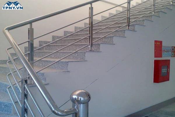 Cầu thang uốn cong bằng inox