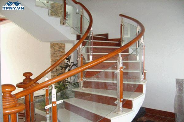 Cầu thang uốn cong bằng kính