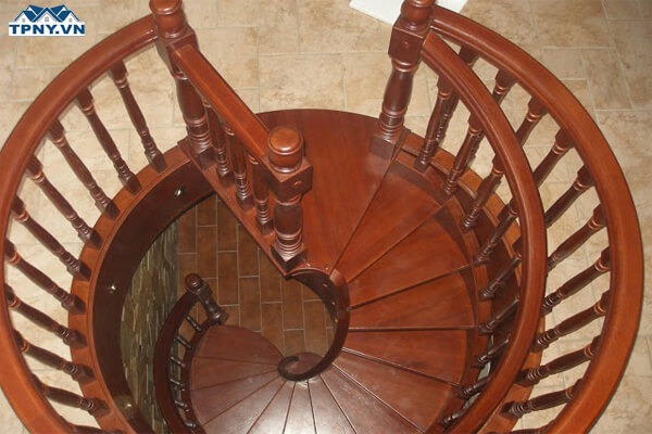 Cầu thang xoắn bằng gỗ