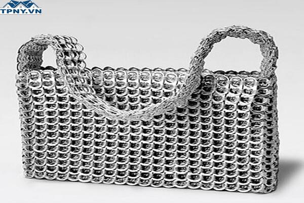 Túi xách độc đáo làm từ nắp lon bia